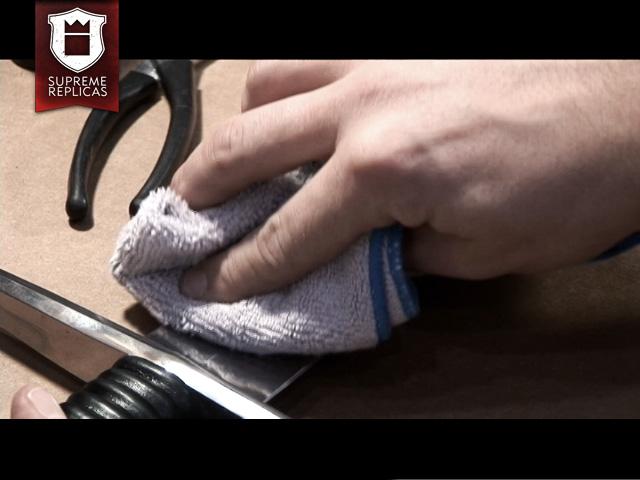 Blankwaffenpflege - Polieren mit Mikrofasertuch