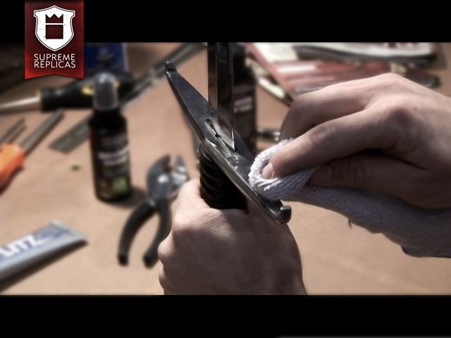 Blankwaffenpflege - Polieren der Montierung