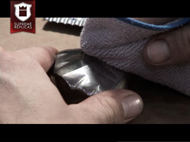 Blankwaffenpflege - Stelle mit neuem Tuch polieren